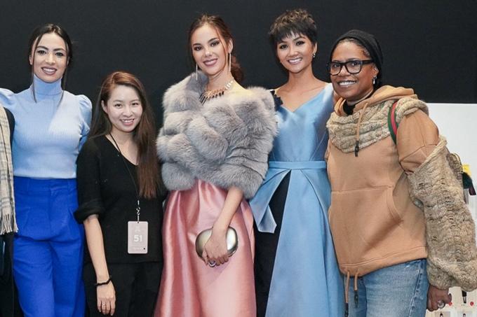 Các người đẹp chụp hình kỷ niệm cùng nhà thiết kế Phương My (thứ hai từ trái sang).