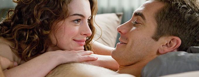 Trước khi bước vào một cảnh thân mật với Jake Gyllenhaal trong phim Love and Other Drugs, Anne Hathaway chủ động cởi bớt áo khoác và để lộ toàn bộ phần thân dưới của mình. Sau đó phát hiện đạo diễn mới yêu cầu họ tập diễn, chưa quay thật, cô nàng vô cùng xấu hổ. Tôi đã khỏa thân không cần thiết trước nhiều người, Hathaway tâm sự.