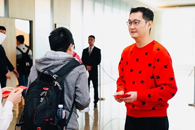 Ông Ma Huateng phát lì xì cho nhân viên sáng 12/2. Ảnh: SCMP.