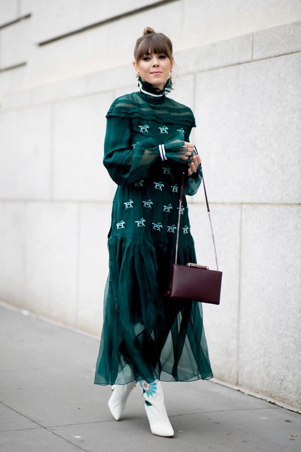 Váy bèo nhún phối hợp chất liệu vải trong suốt, ngoài tông xanh ngọc cuốn hút trang phục còn được tô điểm bằng họa tiết những chú ngựa.