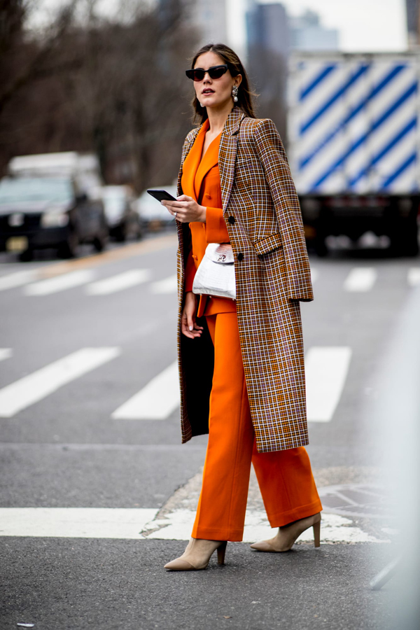 Tông cam với nhiều sắc độ đậm nhạt khác nhau cũng được nhiều fashionista lựa chọn để lên đồ khi đi xem show.