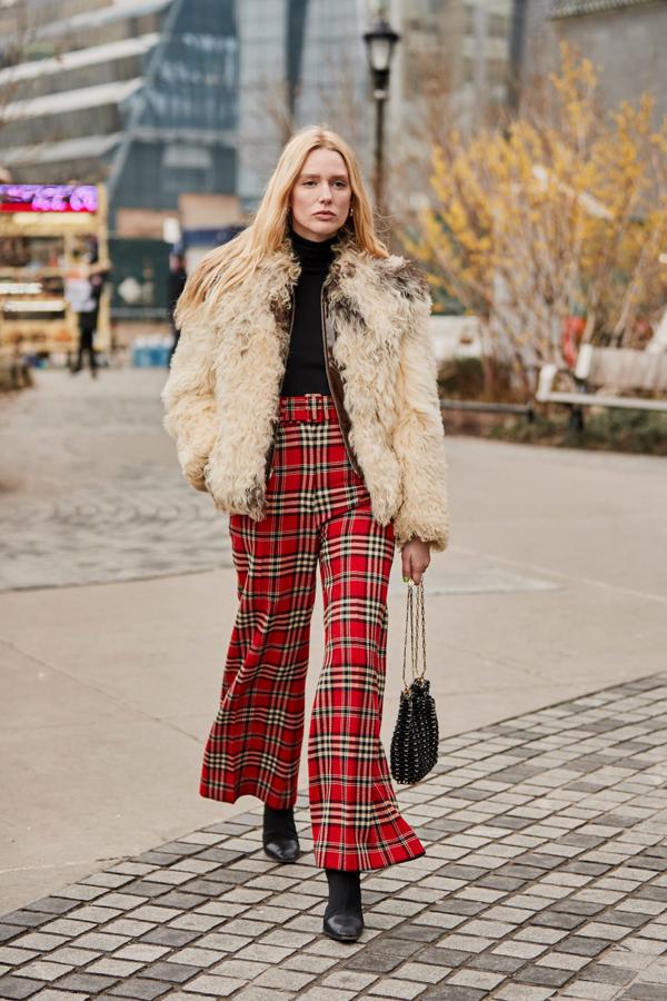 Xuất hiện tại New York Fashion Week, các fashionista vẫn chuộn những mẫu trang phục tông màu nóng, họa tiết nổi bật để gây sự chú ý.
