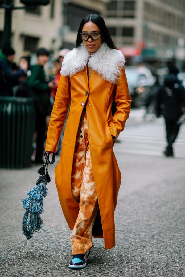 Đi đôi với sắc màu bắt mắt, chất liệu của các mẫu áo khoác, áo choàng cũng khá phong phú từ da, nhung, len cho đến, tweed hay vải bố.