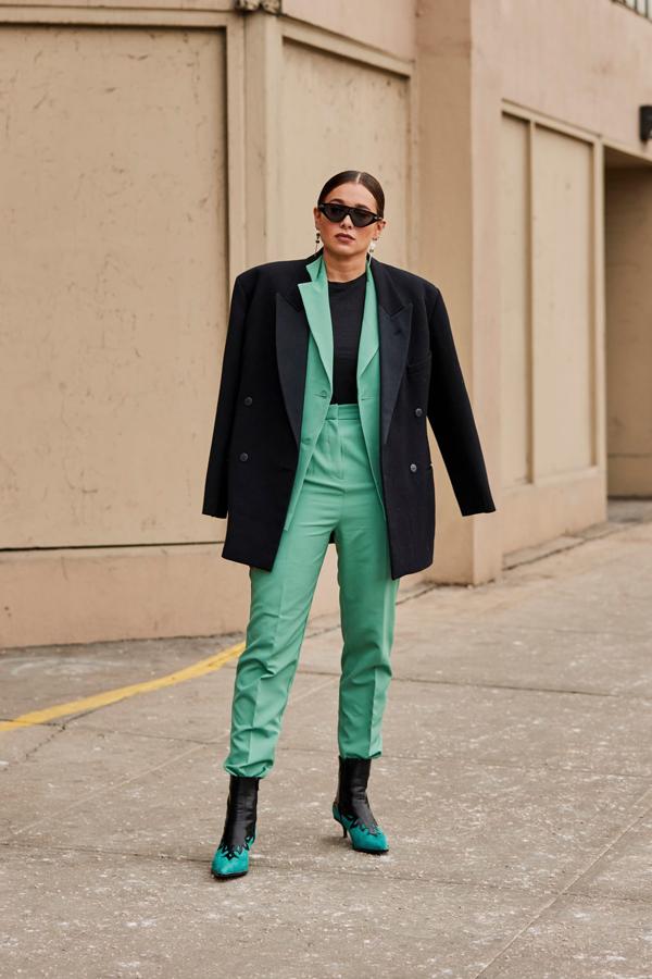 Khi diện các mẫu trang phục phom đơn giản, những quý cô thời trang lại chọn màu sắc làm điểm nhấn.