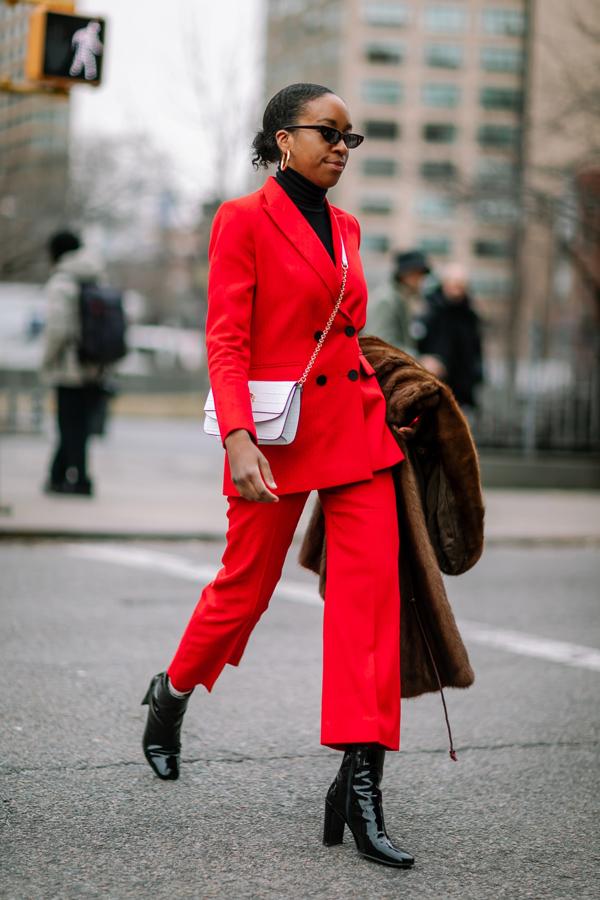 Sắc đỏ nổi bật được sử dụng cho các kiểu áo phao, vest, suit để giúp người mặc hút ánh nhìn khi xuất hiện trên những con phố thời trang.