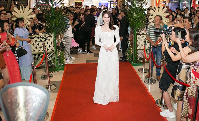 Ngọc Trinh thu hút mọi ống kính khi xuất hiện trên thảm đỏ buổi ra mắt phim. Cô đóng vai chính một gái quê ế chồng trong bộ phim điện ảnh của đạo diễn Lê Thiện Viễn.