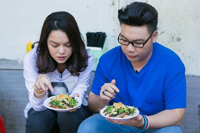 Phạm Quỳnh Anh dẫn người bạn thân thưởng thức các món ăn đặc sản, vừa ngon vừa rẻ của Hà Nội: nộm thịt bò, ốc luộc, lẩu riêu cua...