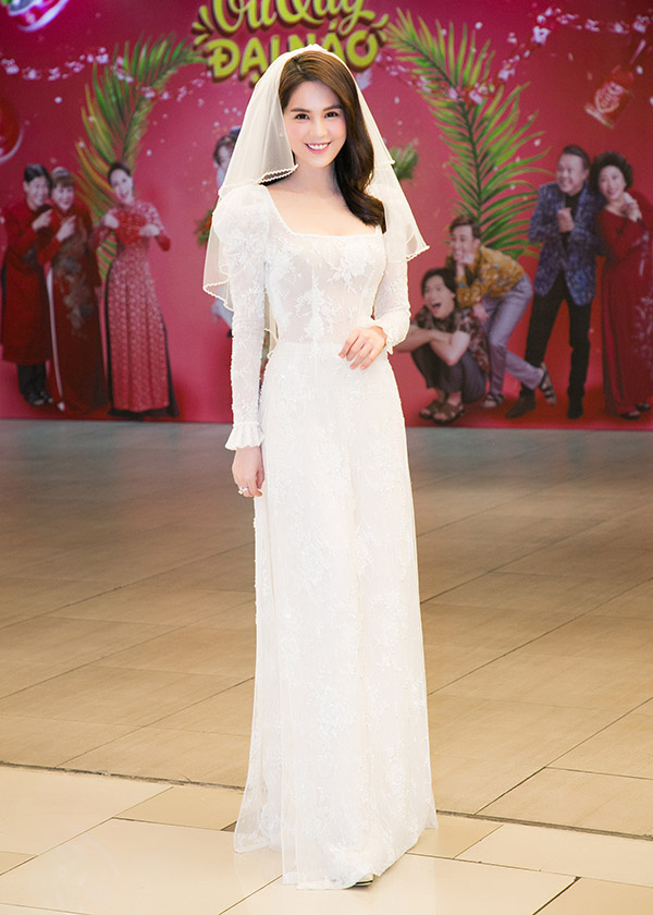 Người đẹp quê Trà Vinh khoe vẻ rạng rỡ khi sắm vai cô dâu. Ngọc Trinh chia sẻ cô rất hào hứng khi có dịp trở lại màn ảnh rộng sau 3 năm, kể từ phim Vòng eo 56.