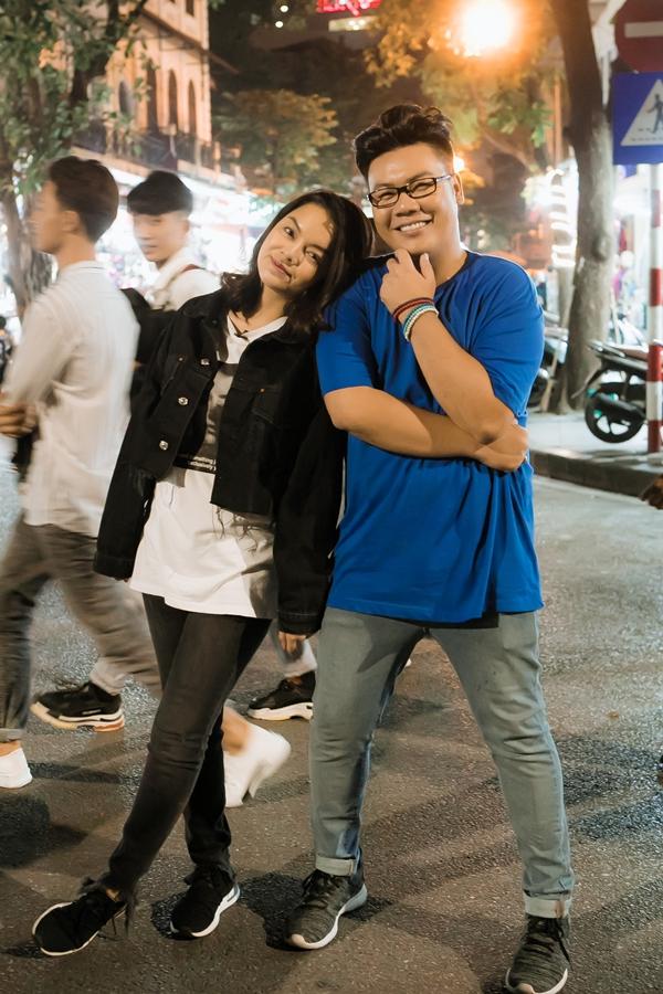 Buổi tối cùng ngày, cả hai dành thời gian dạo chơi phố đi bộ Hà Nội ngay Hồ Gươm.