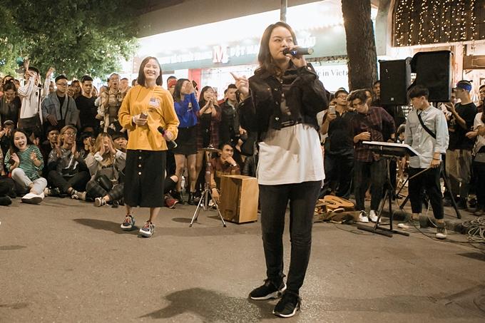 Đông đảo khán giả vây quanh vì có dịp gặp gỡ và nghe Phạm Quỳnh Anh hát ngay trên đường phố Hà Nội.