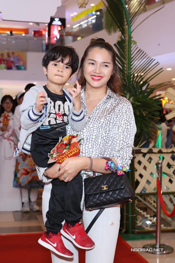 Á hậu Diễm Châu bế con trai cưng đi xem phim của Ngọc Trinh.