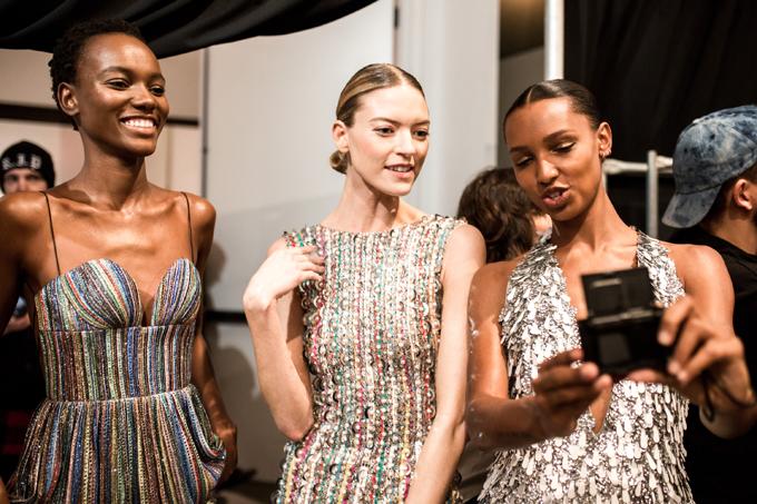 Cùng với 42 mẫu trang phục thiết kế công phu, mang dấu ấn haute couture, show diễn của Công Trí còn thu hút khán giả bởi sự xuất hiện của dàn người mẫu nổi tiếng và các thiên thần của hãng nội y Victorias Secret.