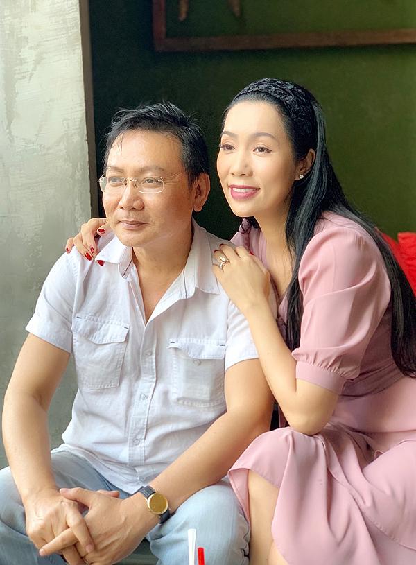 Trịnh Kim Chi tình cảm bên ông xã doanh nhân Võ Trấn Phương. Trên tay cô là chiếc nhẫn kim cương lấp lánh. Á hậu tiết lộ đây là món quà nhân ngày 14/2 cô vừa được chồng tặng.