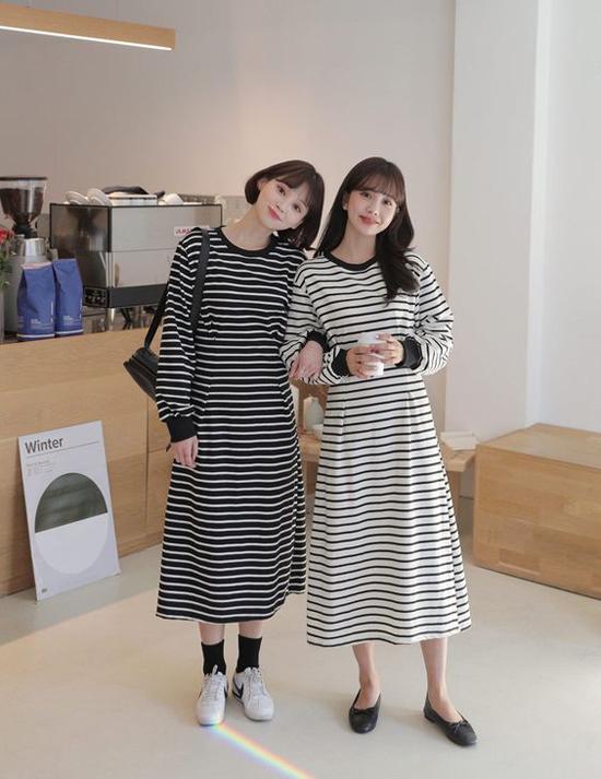 Để khỏi sợ bị lạc nhau khi xuống phố cà phê, đi xem phim hay mua sắm, bạn gái có thể chọn váy đôi với họa tiết kẻ sọc.