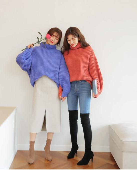 Cùng sử dụng một kiểu áo len cao cổ, nhưng các nàng vẫn tạo nên dấu ấn riêng với cách mix nó cùng chân váy hoặc jeans năng động.