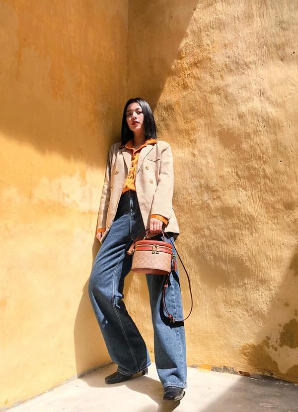 Tú Hảo xây dựng hình ảnh quý cô cổ điển khi đi chơi Tết với set đồ gồm sơ mi nâu, blazer và mẫu quần jeans ốngsuông.