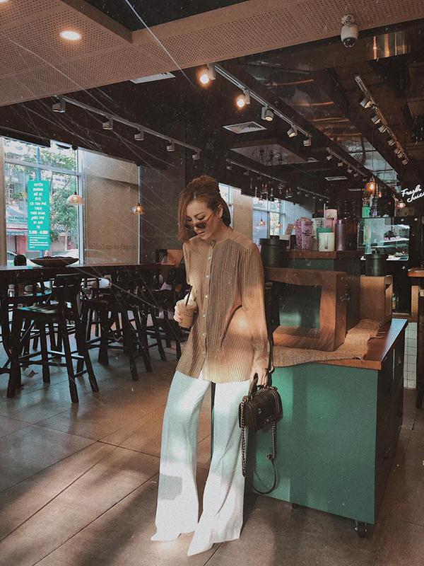 Cũng diện áo sơ mi free size, nhưng Yến Nhi lại sử dụng kiểu áo cổ trụ để phối cùng quần ống rộng.