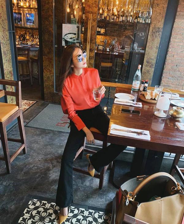Phạm Thanh Hằng cập nhật xu hướng cam san hô - tông màu được các nhà mốt thế giới dự đoán sẽ tạo nên hiện tượng cho xu hướng thời trang 2019.