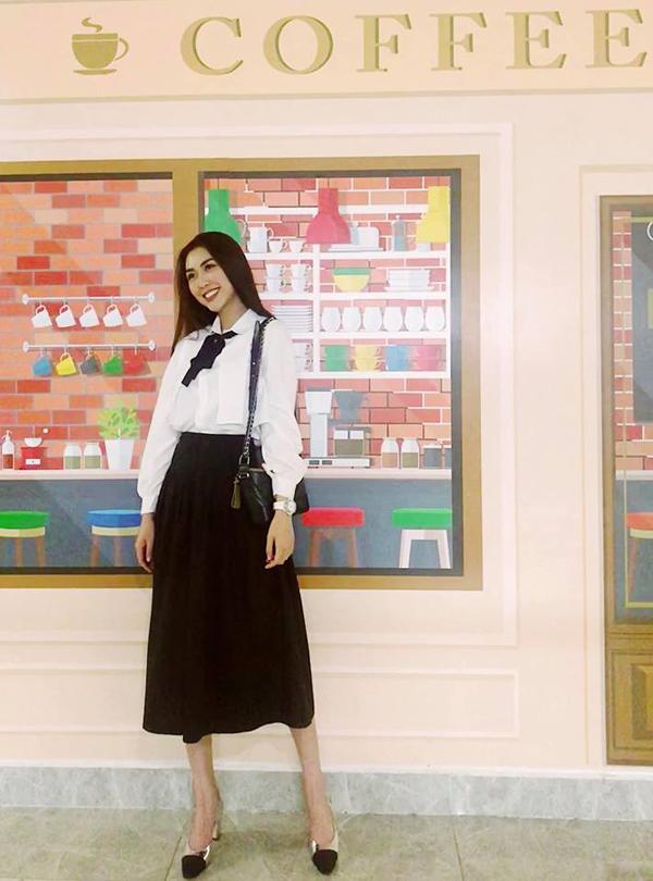 Sơ mi trắng là một trong những mẫu áo được các sao Việt yêu thích ở mùa xuân này. Tường Linh trẻ trung như nữ sinh với dáng sơ mi cơ bản mix cùng chân váy midi. Mẫu túiGabrielle tông đen và giầy Chanel được người đẹp lựa chọn để hoàn thiện set đồ.