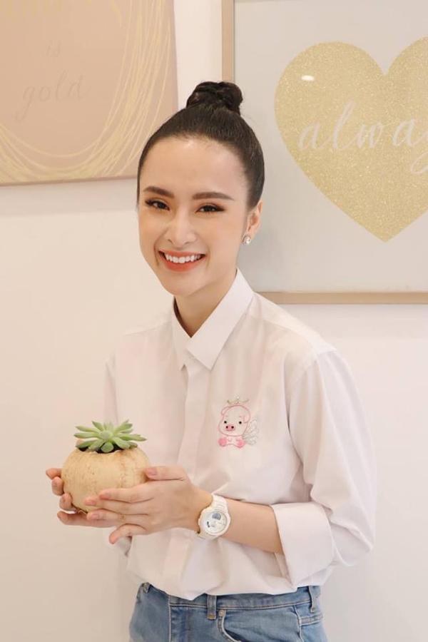 Angela Phương Trinh chọn áo thêu phối cùng quần jeans khi tham gia các hoạt động thiện nguyện vào dịp đầu năm.