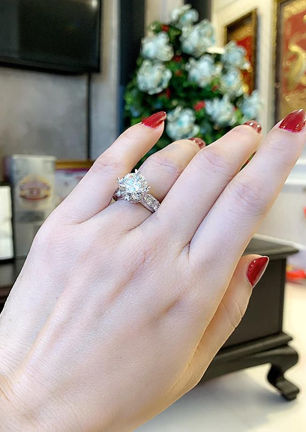 Đeo chiếc nhẫn giá trị lớn trên tay, Áhậu bày tỏ: Ông xã làm tôi ngộp thở vì sung sướng. Yêu anh rất nhiều!!!.