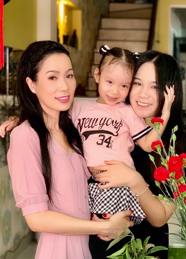 Ở tuổi 48, nữ diễn viên còn rất trẻ đẹp. Cô được bạn bè nhận xét nhìn như chị cả trong nhà khi chụp ảnh cùng hai con gái.