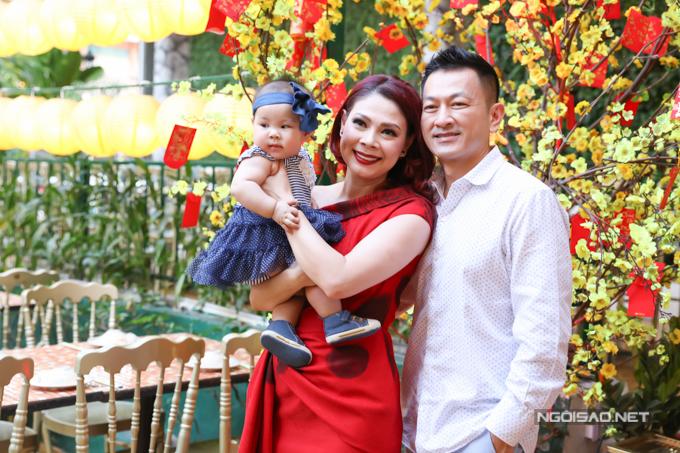 Thanh Thảo vừa đón cái Tết tràn ngập hạnh phúc bên chồng Việt kiều và con gái hơn 6 tháng tuổi. Tối 15/2 cô mở tiệc tân niên tại TP HCM, công bố dự án liveshow kỷ niệm 25 năm ca hát sắp diễn ra ở Mỹ.
