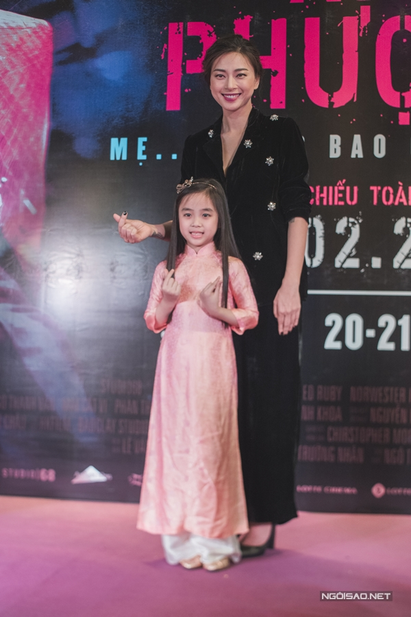 Ngô Thanh Vân chụp hình cùng một fan nhí. Khác với hình ảnh gai góc trong Hai Phượng, Ngô Thanh Vân ngoài đời đằm thắm, nữ tính nhưng vẫn mạnh mẽ và cá tính.