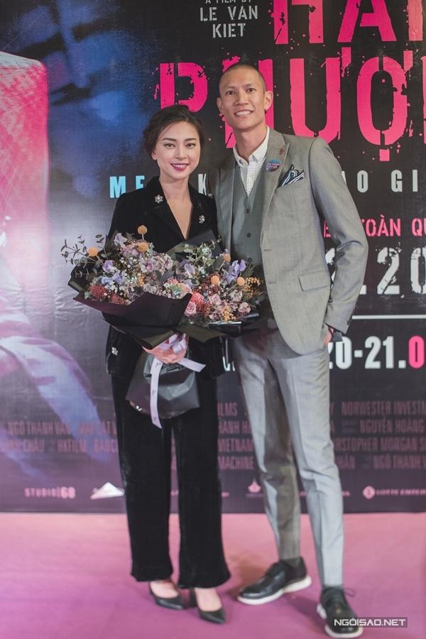 Ngô Thanh Vân chụp hình cùng một đồng nghiệp.