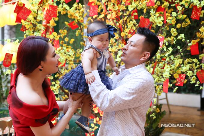 Bé Talia bám bố hơn mẹ. Chồng Thanh Thảo rất cưng chiều công chúa nhỏ. Sau vài tháng làm cha, anh đã thành thục các kỹ năng thay bỉm, cho con bú và dỗ dành khi bé khóc.