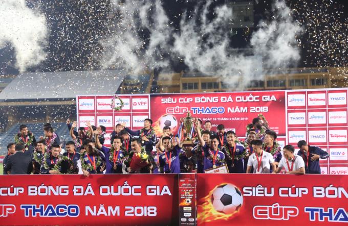 CLB Hà Nội nâng Cup vô địch. Ảnh: Đương Phạm.