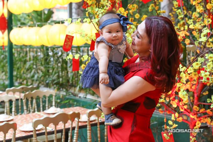 Nữ ca sĩ được nhiều người khen khéo nuôi con. Bé Talia bụ bẫm, phát triển vượt chuẩn. Thanh Thảo tiết lộ, cô lấy lại vóc dáng nhanh nhờ tích cực cho con bú mẹ.