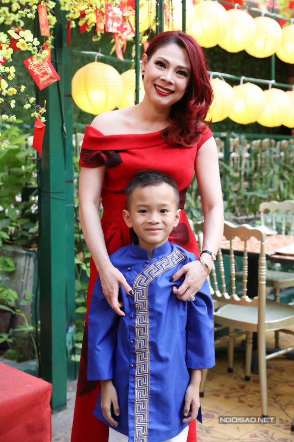 Bé Jacky - con nuôi đồng thời là cháu ruột của Thanh Thảo - mặc áo dài tham dự buổi tiệc do mẹ nuôi tổ chức.