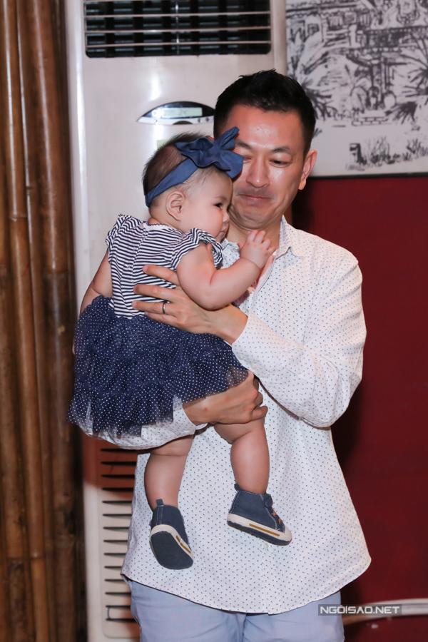 Anh Tom - ông xã Thanh Thảo - phụ trách bế con gái trong khi vợ bận trò chuyện với bạn bè, báo chí. Thanh Thảo cho biết, cô không thể làm được gì khi nghe tiếng con gái khóc.