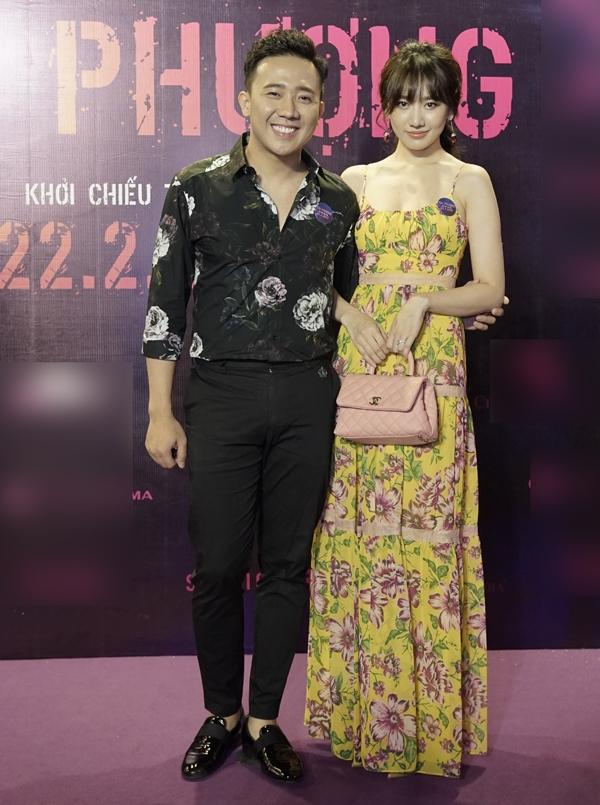 Valentine năm nay, Hari Won cùng ông xã Trấn Thành dự buổi chiếu ra mắt phim Hai Phượng. Nữ ca sĩ khen phim hay và khẳng định Ngô Thanh Vân là đả nữ số một của Việt Nam trong suốt một thập niên qua.
