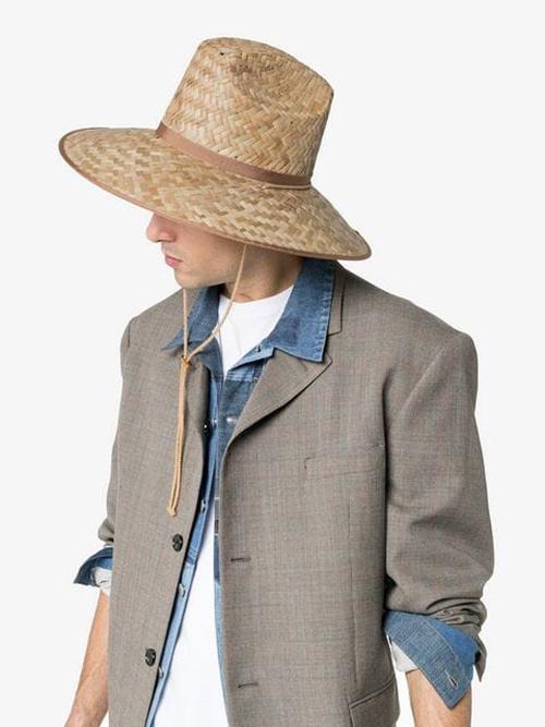 Gucci là một trong những thương hiệu được giới nhà giàu châu Á yêu thích. Bởi cách sử dụng hoạ tiết, sắc màu đánh đúng tâm lý thích nổi trội nơi đám đông của các tín đồ dùng hàng hiệu. Mới đây, thương hiệu này tiếp tục gây chú ý bởi mẫu phụ kiện dành cho mùa hè.