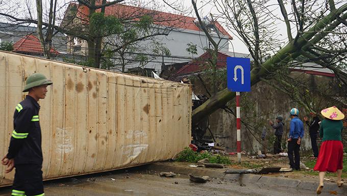Container chắn ngang đường sau khi bị lật.