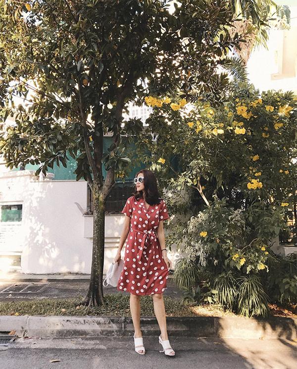 Váy thắt eo kiểu dáng cổ điển vẫn được yêu thích vì thế các nàng có thể tự tin chọn chúng để mix đồ street stye.