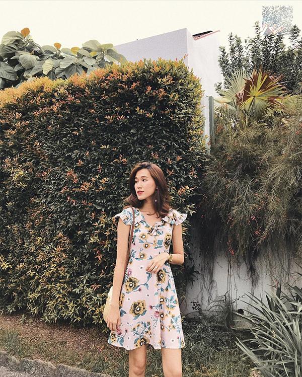 Những mẫu váy hoa xinh xắn cũng là trang phục phù hợp để chưng diện khi xuống phố và những ngày nắng.