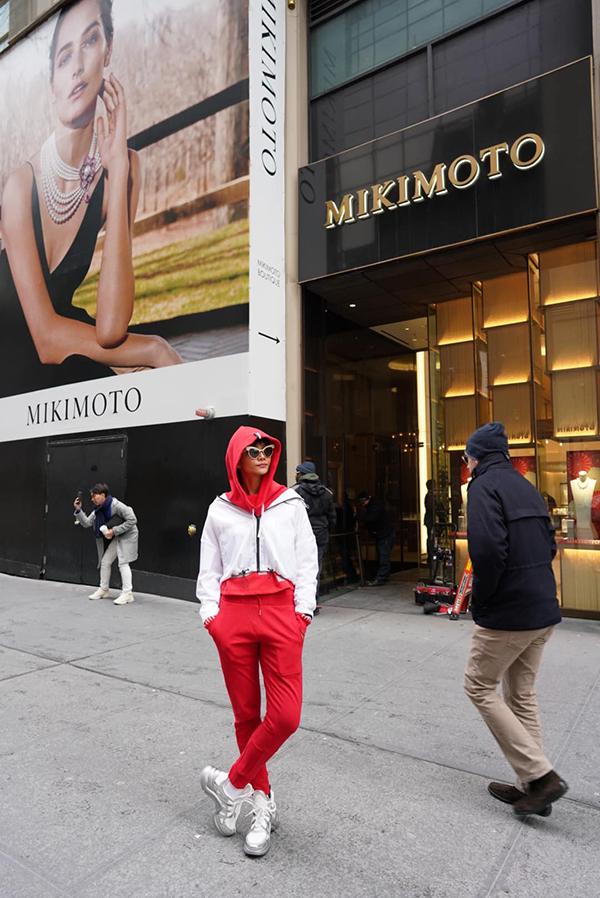 HHen Niê chọn giầy hơn 26 triệu mix đồ dạo phố