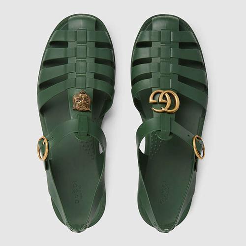 Nhiều tín đồ thời trang Việt vì muốn thể hiện sự sành điệu đã không ngại chi 11 triệu đồng để sở hữu mẫu sandal có kiểu dáng gần giống với dép rọ bộ đội.