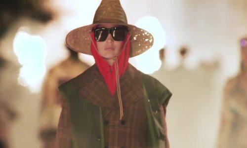 Mẫu mũ rộng vành của Gucci được ví như các kiểu mũ đánh cá được làm bằng các chất liệu thiên nhiên như mây, tre, lá.