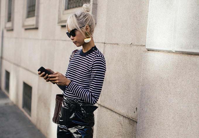 Thiết kế áo thun, áo nỉ dài tay giúp bạn gái ấm áp vừa đủ nhưng không quá ngột ngạt trong không khí xuân hè.