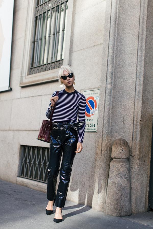 Thiết kế quần da bóng đi kèm đai lưng ton-sur-ton sẽ tạo nên điểm nhấn nhá ấn tượng cho set đồ dạo phố.