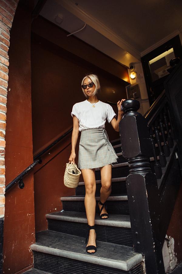 Phép cộng giữa các kiểu cáo cotton, chân váy chữ A dáng ngắn, sandal quai mảnh, túi mây tre đan sẽ giúp bạn gái có được phong cách đẹp và đúng chất xuân hè.