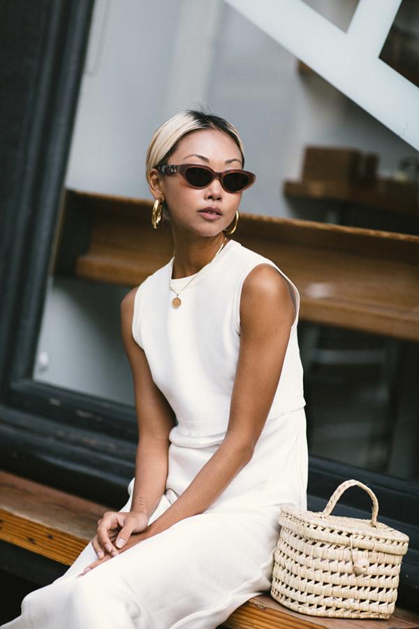 Phối hợp cùng các mẫu váy đề cao sự thoải mái bởi cách sử dụng chất liệu đũi, linen, bố... là các kiểu túi nan thân thiện môi trường.
