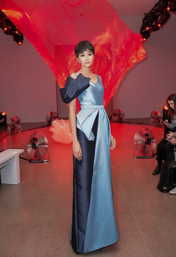 HHen Niê mặc đầm độc đáo tới ủng hộ show diễn của NTK Phương My trong khuôn khổ New York Fashion Week.
