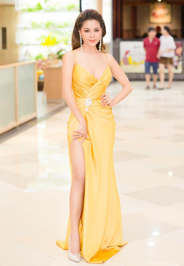 Bộ đầm vàng cắt xẻ đem tới cho diễn viên Nam Thư nét gợi cảm tại buổi ra mắt web-drama mới Thập Tứ cô nương.