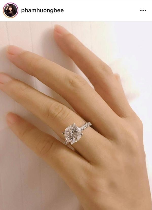 Phạm Hương khoe nhẫn đính hôn nhân ngày Valentine.
