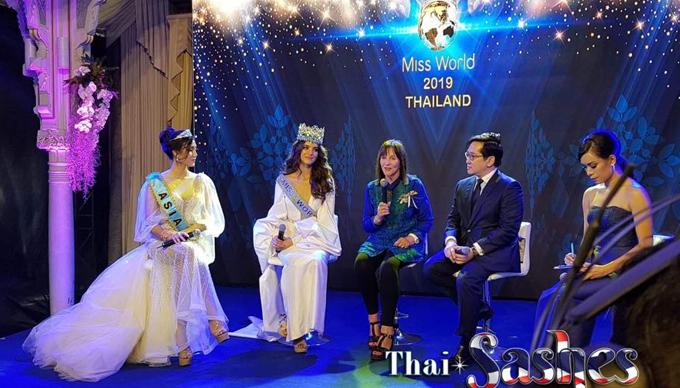 Hoa hậu cùng chủ tịch của tổ chức Miss World - bà Julia Morley - thông báo Thái Lan sẽ là quốc gia đăng cai tổ chức cuộc thi năm nay.